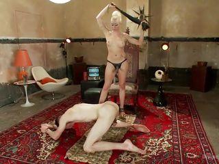 Порно госпожа бьет раба