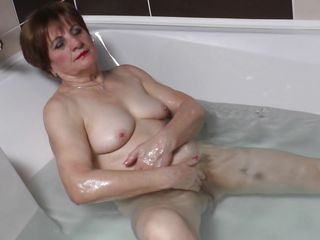 Порно бабушка дрочит член