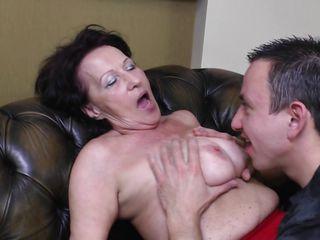 Муж снимает жену на скрытую камеру видео