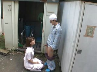 Медсестра ставит клизму