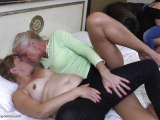 Порно мужик трахает молоденькую