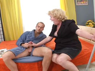 Порно трахаю жену страпоном
