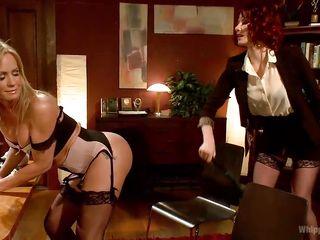 Лесбиянки страпон в жопу