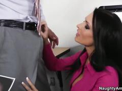 Порно латинка мастурбирует на работе