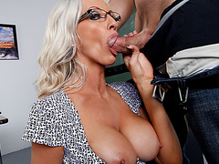 Порно первый раз берут в рот