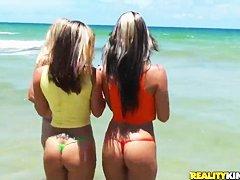 Сосет член на пляже