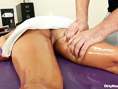 Женщины суют руки в пизду