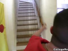 Девушка трахает парня страпоном