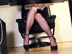 Порно ножки в нейлоне и юбке