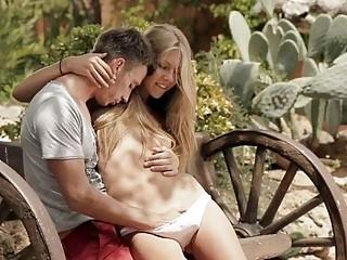 Секс на улице на скамейке